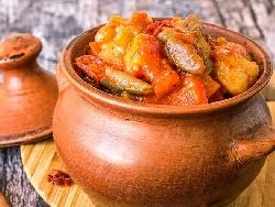 Задушени зеленчуци (картофи, тиквички, чушки, лук, гъби) с пиле в гърне - снимка на рецептата